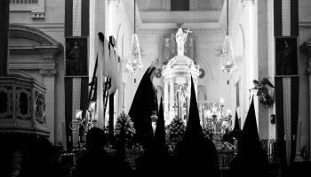 La Soledad procesionando en el interior de la Iglesia Mayor. Chiclana