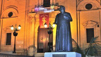 Exterior de la Iglesia. Monumento al Padre Almandoz. José Arroyo